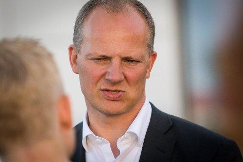 Samferdsleminister Ketil Solvik-Olsen seier at han støttar interne omprioriteringar på vegsektoren, men han vil høyra alle partar før han seier ja.