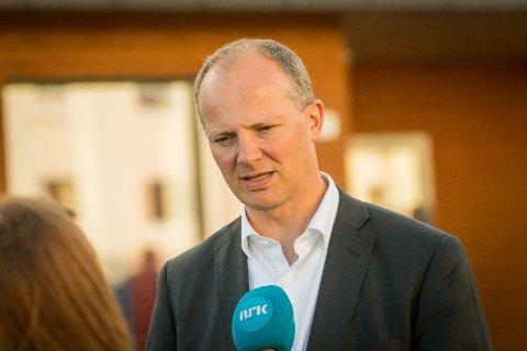 Samferdsleminister Ketil Solvik-Olsen meinar Statens Vegvesen må høyra på dei lokale protestane mot plassering av dei planlagte bomstasjonane til Nordhordlandspakken.