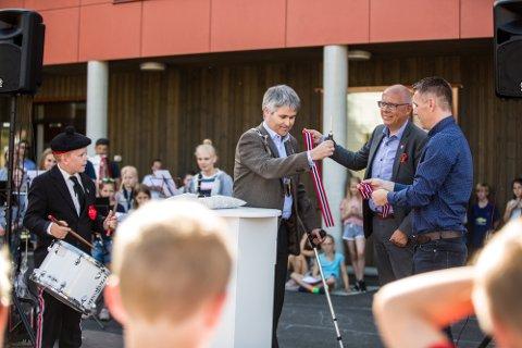 Ordførar Øyvind H. Oddekalv stod for snorklippinga for siste byggetrinn på Sagstad skule.