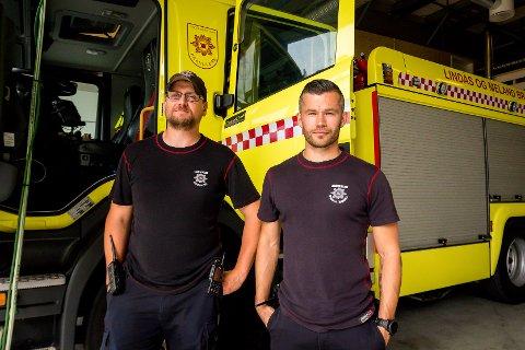 Ivar Kvamme og Krister Smith var blant dei som hadde det ekstremt hektisk på jobb som brannmenn, måndag. Tysdag gjorde dei utstyret klart for nye oppdrag.
