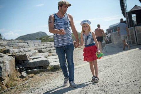 Viggo Randal med dottera Emmeline. For Randal har sommar vore i tillegg til bading og solsteik ofte forbundet med silo, notskifte og mykje arbeid