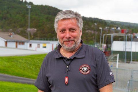 Eddie Ebbesvik klarar seg ikkje utan avisa Nordhordland i ferien.