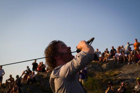 Vokalisten i Thulsa Doom, Henning Solvang, tok seg ein tur ut blant publikum.