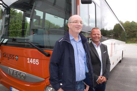 - Vi vil ha så mange kollektivreisande som mogleg om bord på bussene våre seier regiondirektør i Nettbuss, Øystein Gullaksen (t.h.), og avdelingsleiar for Nettbuss Nordhordland, Pål Presttun (t.v.).