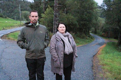 Foreldre i Dalemarka rasar over at ungane deira ikkje får gratis skuleskyss heile året. Andre Pletten og Mona Larsen meiner det berre er flaks at det enno ikkje har skjedd ei alvorleg ulykke med nokre av skuleelevane.