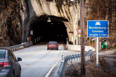 Mundalsbergtunnelen på E39 i Lindås blir stengt i morgon kveld på grunn av brannøving. (Arkivfoto)