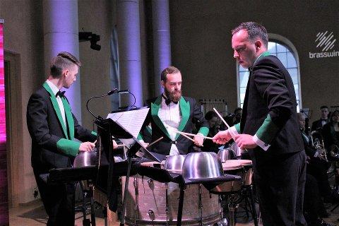 SLAGVERK-TRIO I MML: Tre av fire slagverkarar i Manger Musikklag imponerte med ein avansert slagsverkstrio. Richard Vetås, Sigurd Olsen og Brynjar Mjanger Eide framførte Trio per Uno.