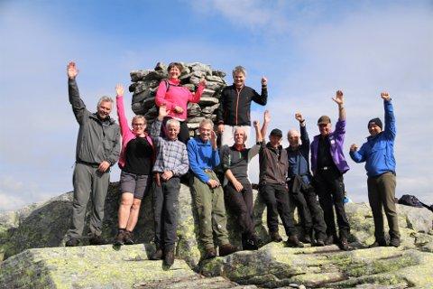 Denne gjengen jubla i september 2018 over tursti til det høgaste fjellet i dåverande Lindås kommune - no Alver. Kva fjell det er kan du leite deg fram til i det interaktive kartet...