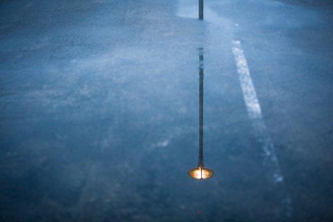 Det er nok mange som gjer seg sine refleksjonar over dette bygget, ikkje berre lampane som speglar seg i restane av vinterregnet.