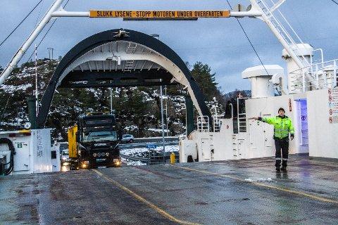 Ved nyttår får vil sambandet Leirvåg-Sløvåg bytte ut Autopass-ferjekortet med system for Autopassbrikke. Lag og organisasjonar vil difor ikkje kunne betale saman på strekninga.