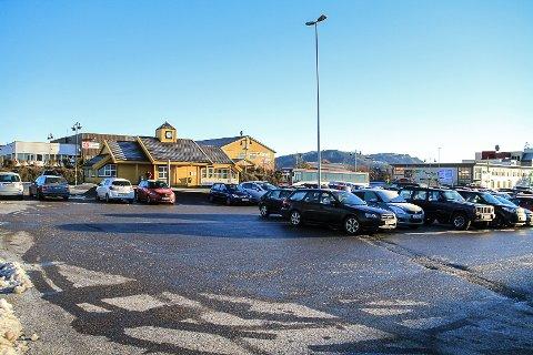 Her, på parkeingsplassen ved Knarvik skysstasjon, vart ein mann i midten av 20-åra slått i ansiktet onsdag kveld.
