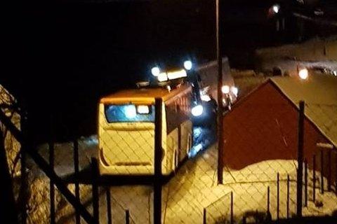 Ein Skyss-buss hamna delvis utfor vegen på Sletta på Radøy i 18.30-tida fredag kveld.