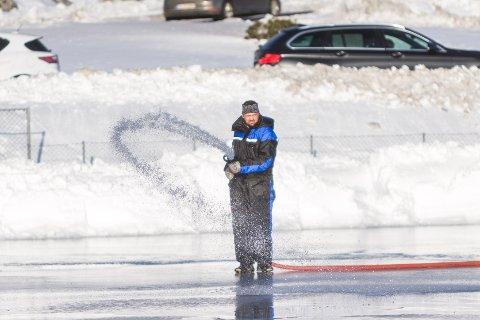 Eldsjeler står på for å laga skeisebane i Knarvik. Leif Reidar Vespestad.