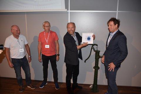 Atle Dingen (f.v.), Arne Helgesen og Arne Eikefet får overrekt diplom og gåve for reinseanlegget på Litlås.