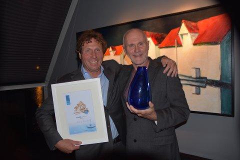Dagleg leiar i DIHVA Michal Forland (t.v.) delte ut den flotte prisen til Harry Finseth frå Meland kommune.