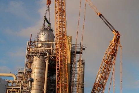 Her vert den 500 tonn tunge reaktoren løfta på plass.