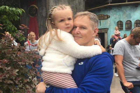 FAMILIEMANN: Ivan Vindheim bur i Bergen med kone og dotter Olea (4), men det blir nok reising i jobben. – Vi har operasjonar i 25 land og nesten 15.000 tilsette, 100 av dei i Bergen. Då må ein vere litt i bevegelse, seier han. Her avbilda i Dyreparken i Kristiansand.