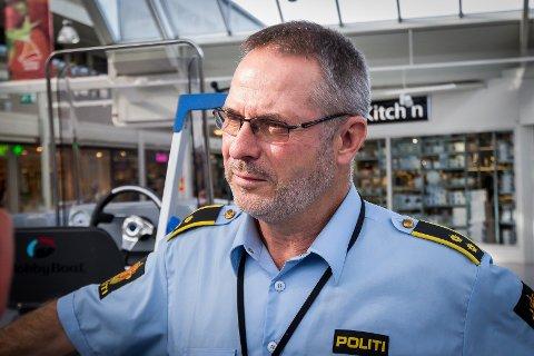 Svein Arne Hatlevik fortel at to unge menn måtte bli slept i land i båt fredag.
