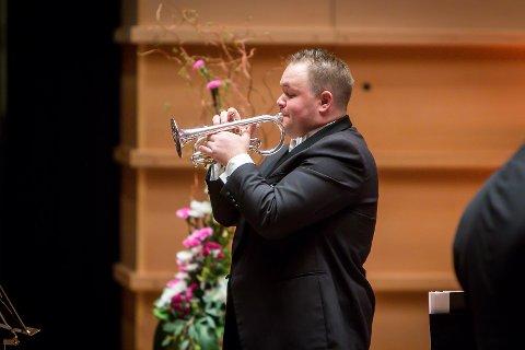 Ein tydeleg rørt Jon-Vegar Sole Sundal spelte ein solo for si hardt råka heimbygd på festkonserten i Grieghallen på laurdag.