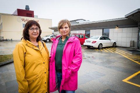 Frøydis Nesse og Marianne Taule fryktar livsgrunnlaget forsvinn når parkeringsplassane rett utanfor døra vert fjerna.