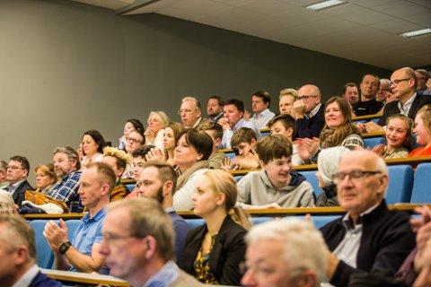 140 tilhøyrarar fann vegen til Knarren for å få med seg dialogmøtet «Kva no?» om næringsliv og politikk i regionen måndag.