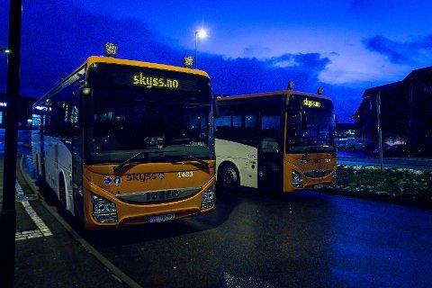 Håvard Giezendanner, HVO Lindås kommune, reagerer sterkt på at barn og unge må stå på skulebussen.