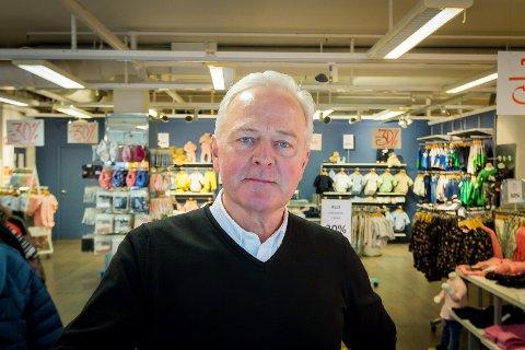 Helge Pedersen legg ned barnekledebutikken i Knarvik senter etter 34 års drift.