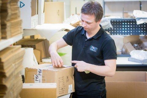 Kim Lohne i Home & Kitchen pakkar varer som skal sendast til Nord-Noreg.