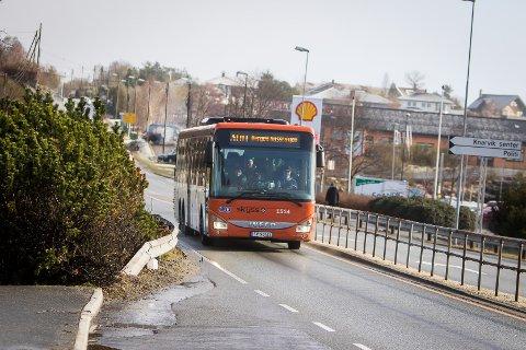 Debattanten meiner det er problematisk å få bussrutene til å passe for bygdefolk utan bil.