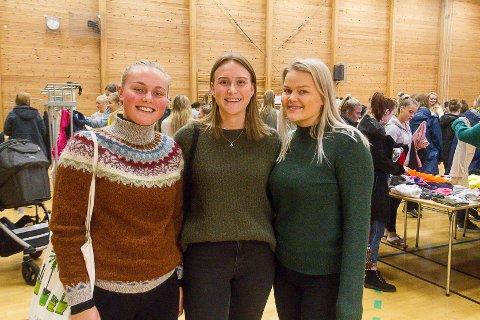 Elevane Astrid Øgaard Follevåg (19), Maren Lilledrange (20), og Anna Rieber Ødegård (20) håper klebytedagen kan bidra til at fleire får auga opp for byting og kjøpt av brukte kle, framfor å berre kjøpe nytt.
