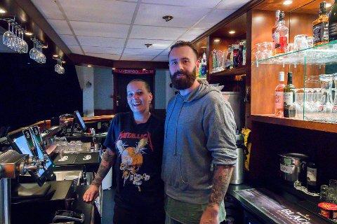 STENGER DØRENE: Kenth Solheim og Anette Røen opna pub i Knarvik sommaren 2018, no har dei vald å stenga dørene. Bildet er frå sommaren 2018 då dei viste fotball-VM på storskjerm til stor suksess.
