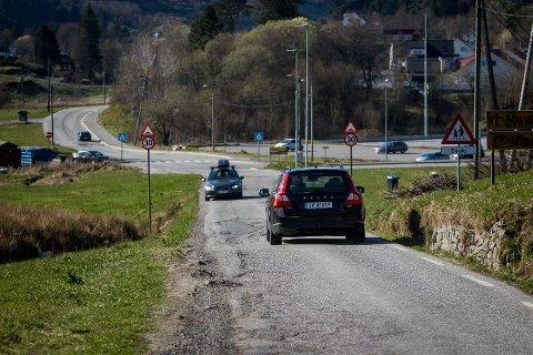 Fylkesveg 244. Vegen mellom Frekhaug og Sagstad skule. Smal og dårleg og stoppar utviklinga i området.