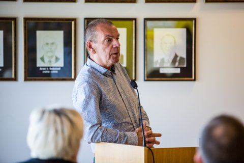 Aadland fekk ikkje fleirtal i kommunestyret for å realitetshandsama dette framlegget i dagens møte, men politikarane var alle einige om at det må reagerast kraftig på framlegget frå Bystyret i Bergen om å flytta ein bomstasjon til Nordhordlandsbrua.