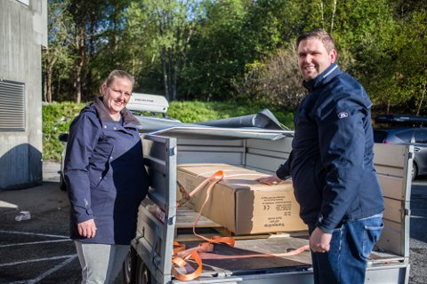 Thomas Opheim og Linn Anita Skistad sikra seg ny trampoline til ungane. – Eg var her kvart over sju, då var eg nummer tre på trampoline, fortel Opheim.