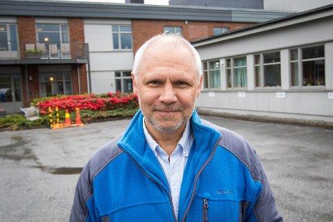 Leiar for Frivilligsentralen i Knarvik, Per Ole Ekker, skal i gong med eit prosjekt for å få dei eldste på nett.