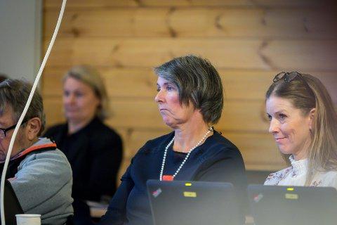 Fire av Nina Stabell Øverås sine listekandidatar til årets val har vald å trekka seg. Her sit ho ved sidan av Gro Anita Høgquist som har vore kommunestyrerepresentant for Frp denne perioden, men som valde å melda seg ut av partiet undervegs.