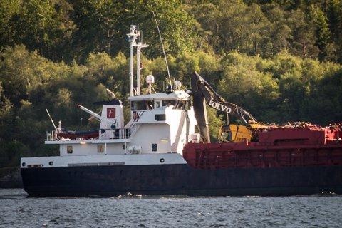 Tysdag kveld gjekk «Framfjord» frå Steinestø mot Fonnes for eigen maskin. Her passerer lastebåten Vetås på Radøy.