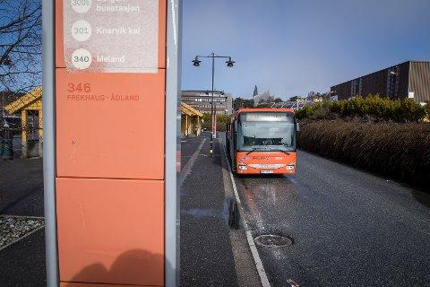 PRØVEORDNING: I fylkesutvalet vart det semje om ei prøveordning for bankterminal på bussane.