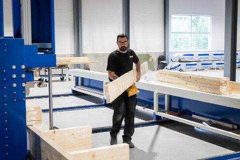 Frå Norske elementfabrikker sine lokale på Frekhaug er dei no i gang med produksjonen. Det fyrste dei bygger er veggane til det nye forretningsbygget på Holme i Meland.