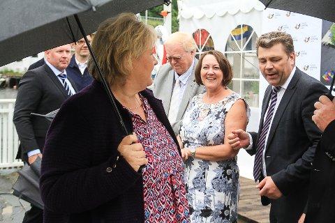 Erna Solberg kjem til Solholmen, her med Astrid Aarhus Byrknes og Vidar Grindheim frå Industriutvikling Vest som var vertsskap.