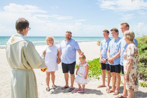 Brureparet Liv Grethe Lofthus og Jørn Unneland frå Arendal var dei første som Geir Øy vigde på stranda i Fort Laurderdale, nord for Miami.
