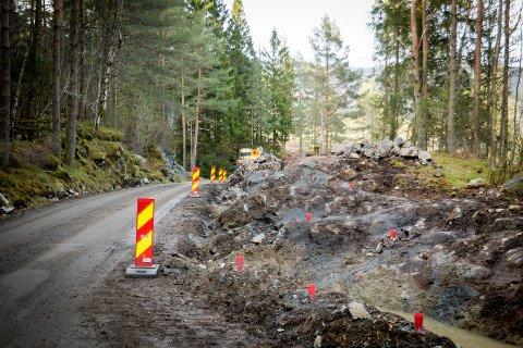 I Masfjorden skal ein bruka 33 millionar kroner på å utbetra ni punkt. Her frå vegarbeidet mellom Mjanger og Hope i Masfjorden, der ein har gjennomført tilsvarande arbeid våren 2018.