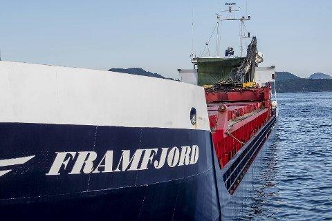 Lasteskipet Framfjord kjørte i natt inn i Nordhordlandsbroen på vei fra Eikefet til Kinsarvik. Skipet fikk store skader i styrhuset, men klarte likevel å kjøre inn til Steinestø kai for egen maskin.