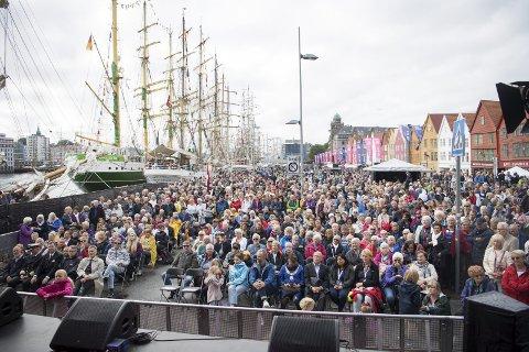 Folkehav: Det samla seg eit hav av menneske for å få med seg blant anna Bergen Shantykor og vinnarane av MGP jr., Emma og Anna. Foto: ANDERS KJØLEN