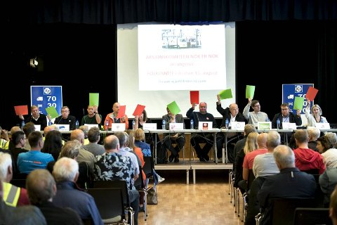 Tor Woldseth (Frp, f.v.), Henning Warloe (H), Per-Arne Larsen (V), Tomas Moltu (PDK), Turid Krogh Sveen (PP), Harald Berge Breistein (KrF), Trym Aafløy (FNB), Ove Sverre Bjørdal (Sp), Tor Haakon Bakke (MDG), Geir Steinar Dale (Ap) og Sofie Marhaug (Rødt) viser hvor dei står i bompengedebatten.