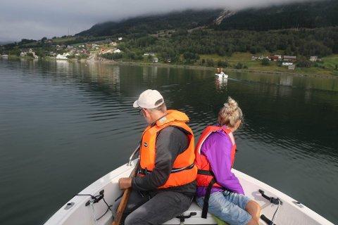 Bård Siem og Irene Gjesdal hadde begge møtt opp for å vere med på leiteaksjonen på Jølstravatnet søndag morgon.