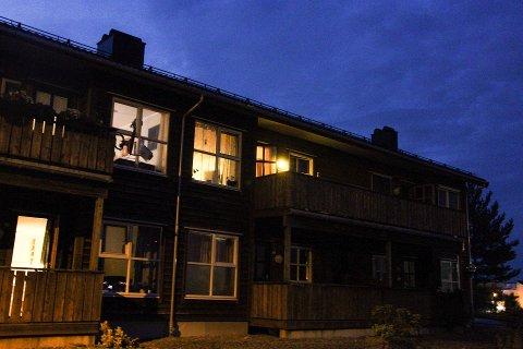 Det var i dette bufellesskapet i Knarvik ei leilegheit begynte å brenne natt til tysdag.