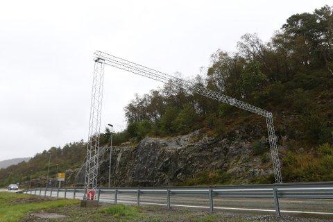 Bomportalen på Fv 57 mellom Isdalstø og rundkøyring med avkøyrsler til fv 57 og fv 565.
