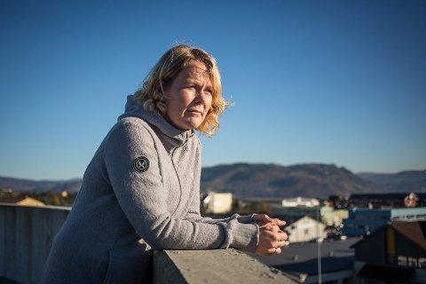 Lisbeth Sjursen er styremedlem i Nordhordland Demensforening. Foreininga reagerer på innsparingstiltaka som vil ramme Alversund Dag- og Aktivitetssenter. Ho meiner rådmannen sitt forslag i praksis vil bety nedlegging, og krev at administrasjon og politikarar snur. Arkivfoto
