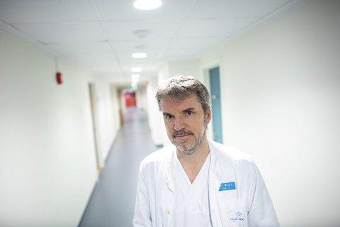 IKKJE BEKYMRA: Seksjonsoverlege Trond Bruun ved infeksjonsseksjonen på Haukeland sjukehus seier at influensasesongen så langt ser ut til å vere av normal alvorsgrad og omfang. Det nye coronaviruset som har opphav i Kina, har dei planar for å takle om det finn vegen til Bergen.